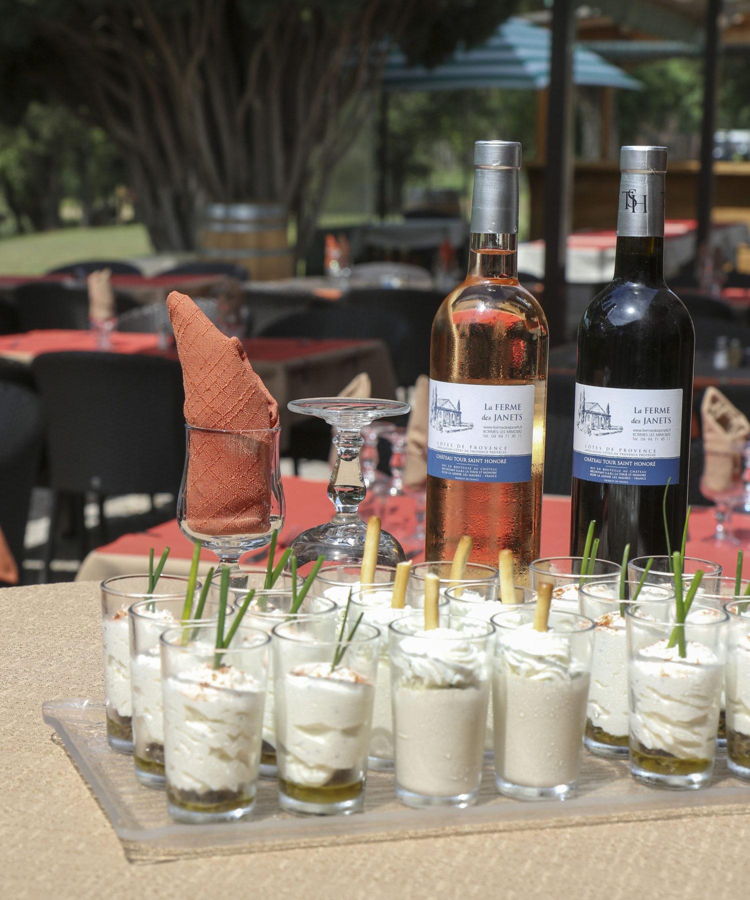 Restaurant à Bormes : Apéritif en verrine et bouteilles de vin de La Ferme des Janets.